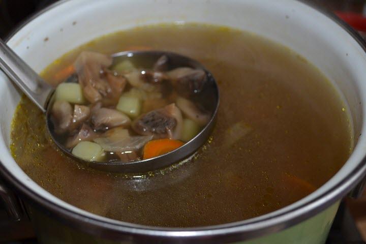 Свежесваренный суп из груздей