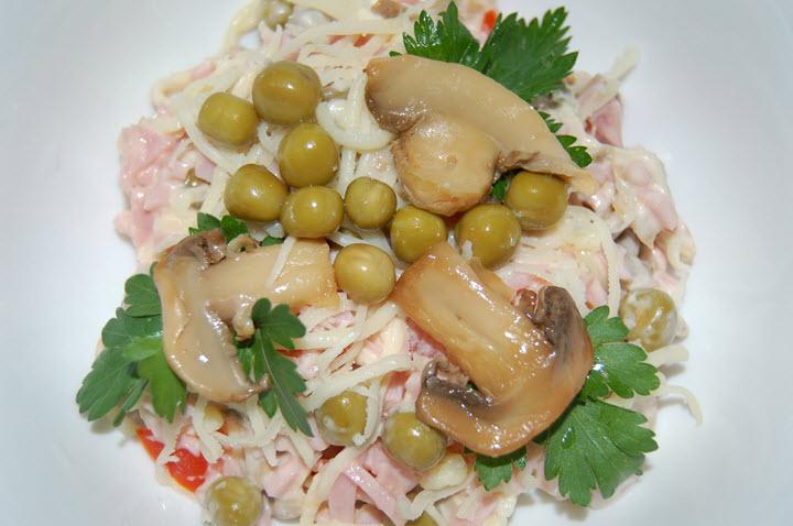 Вариант салата с грибами и куриной грудкой