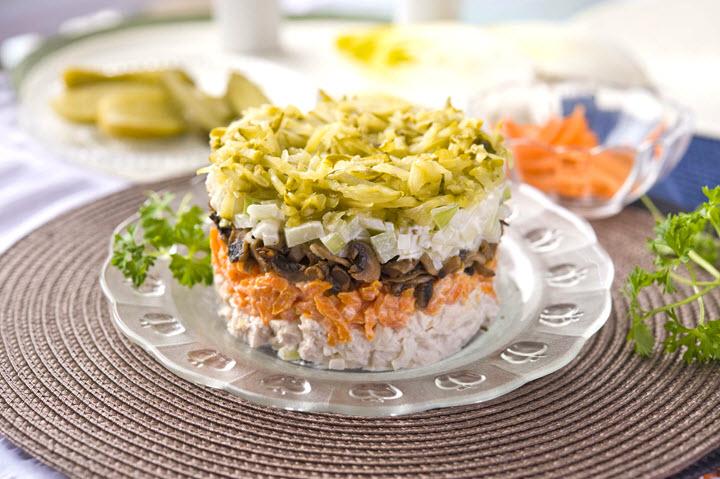 Многослойный салат из курицы и опят