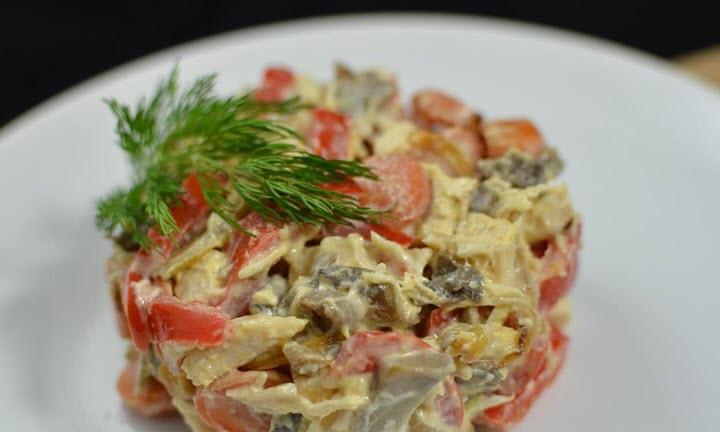 Куриный салат с грибами и помидорами