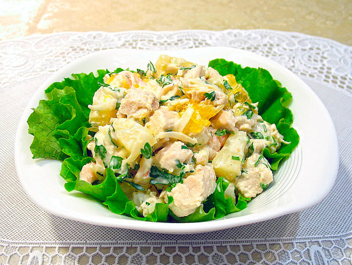 Салат с грибами, ананасами и курицей