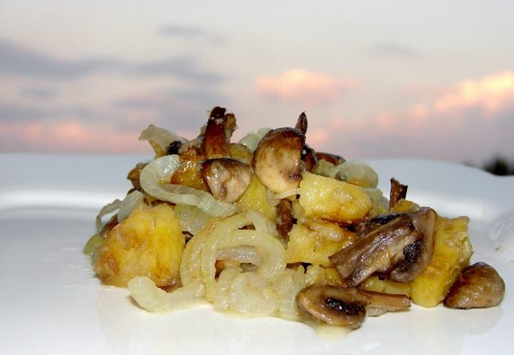 Картофель с грибами и луком жареный