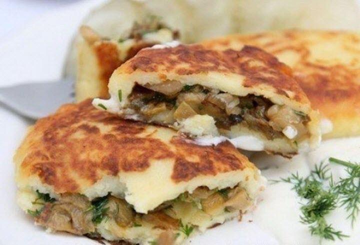 Картофельные пирожки с грибами и зеленью