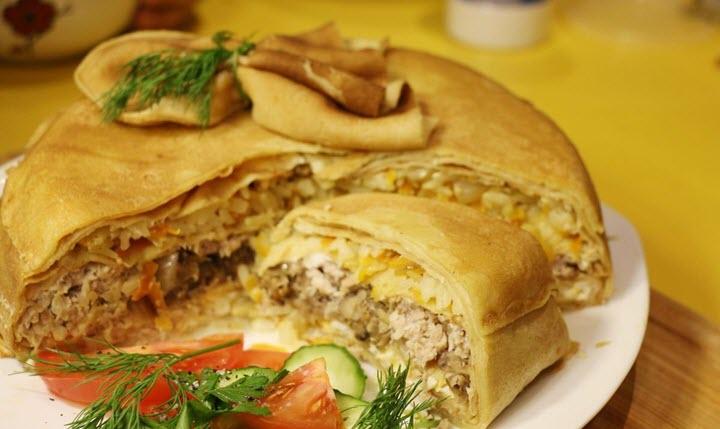 Блинный пирог с начинкой из курицы и грибов