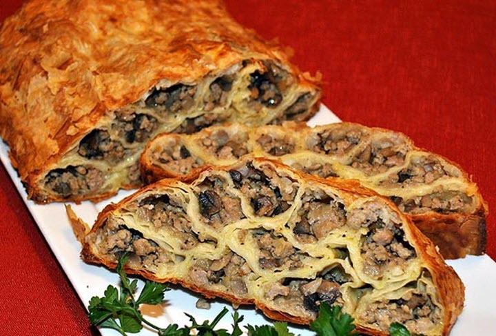Пирог с начинкой из мяса и грибов